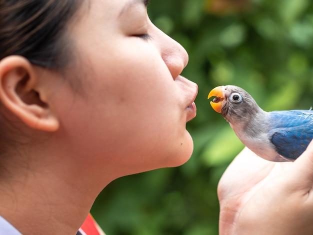 Mensen kussen de schattige liefdesvogel