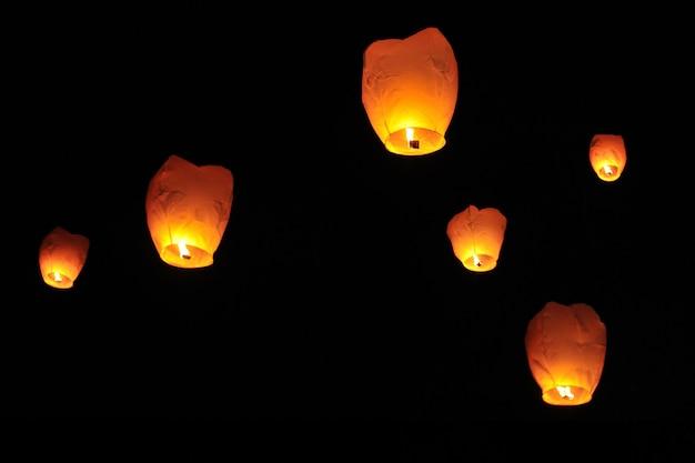 Mensen lanceren lantaarn naar de hemel