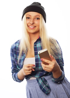 Mensen, levensstijl en tehnology concept: mooi tienermeisje met slimme telefoon - geïsoleerd op wit