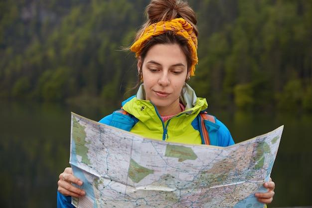 Mensen, levensstijl, reizend concept. ernstige toerist brengt zomervakantie door in de buurt van een prachtig meer