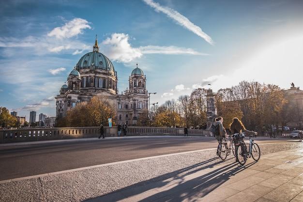 Mensen lopen en de kathedraal van berlijn in duitsland.