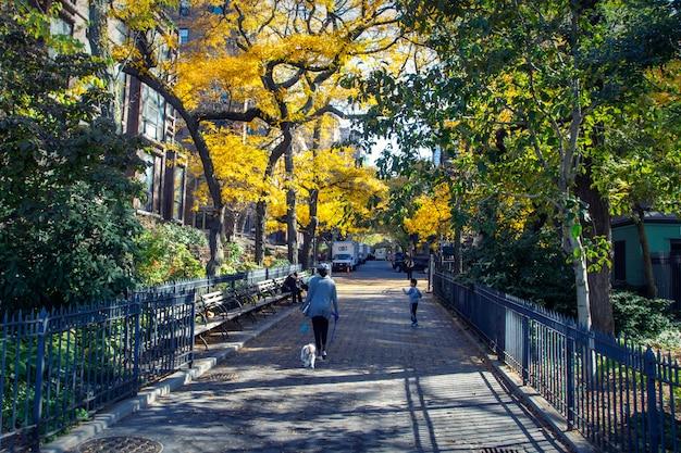 Mensen lopen in de straten van brooklyn heights district in de herfst seizoen