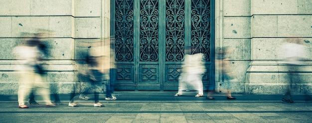 Mensen lopen op straat