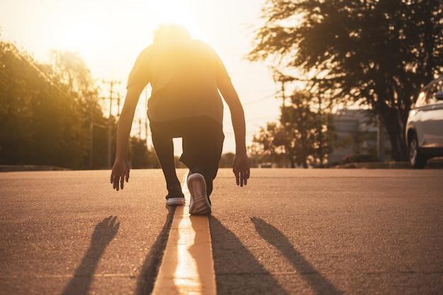 Mensen lopende oefening op wegavond, loopt de mensensport van het concept de gezonde openluchtactiviteit van de opleidingslevensstijl