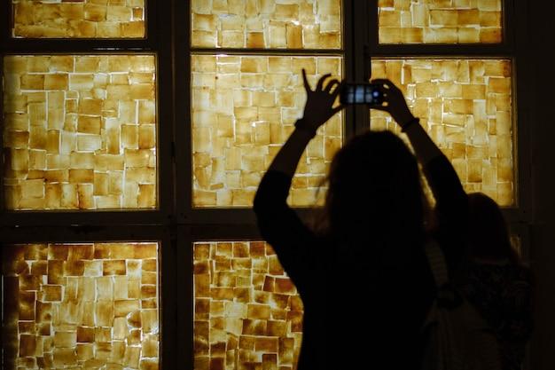 Mensen maken foto's van de tentoonstelling. man in een museum. installaties. telefoonafhankelijkheid