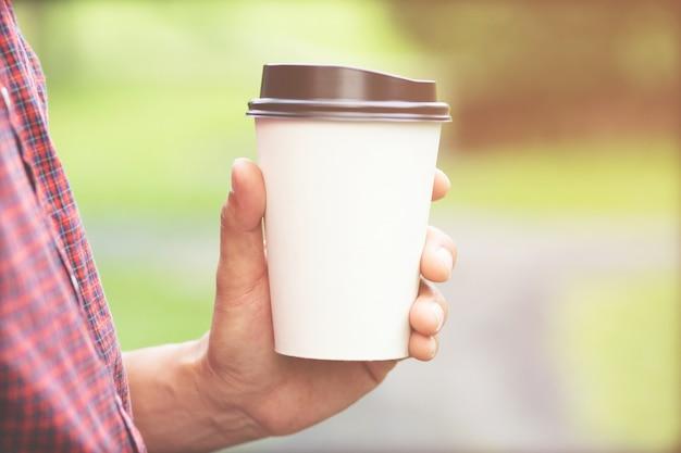 Mensen man hand met papieren kopje afhaalmaaltijden koffie drinken