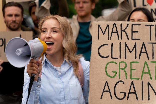 Mensen marcheren in protest tegen de opwarming van de aarde