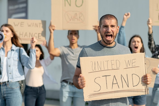 Mensen marcheren samen uit protest