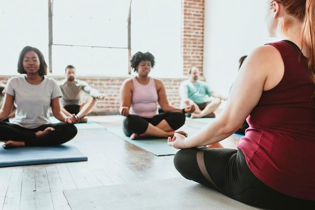 Mensen mediteren in een yogales