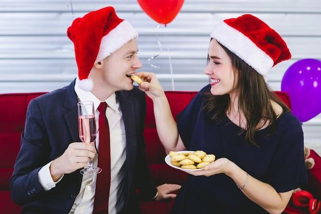 Mensen met champagne en koekjes op het kerst- en oudejaarsfeest