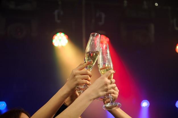 Mensen met champagne in een bar of casino met veel plezier.