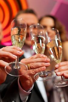 Mensen met champagne in een bar