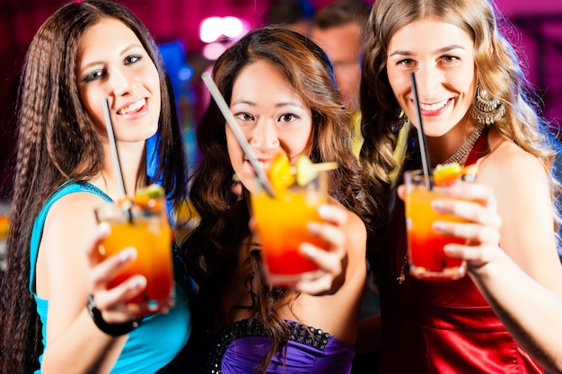 Mensen met cocktails in bar of club
