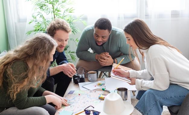 Mensen met een gemiddeld shot die een reis aan tafel plannen