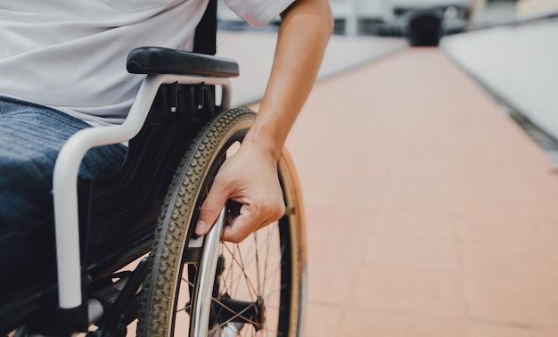 Mensen met een handicap of handicap hebben overal in de openbare ruimte toegang met een rolstoel