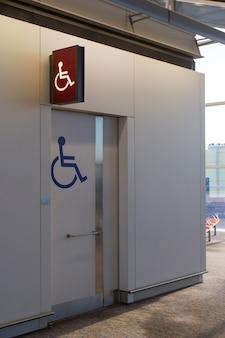 Mensen met een handicap ondertekenen op het luchthaventoilet