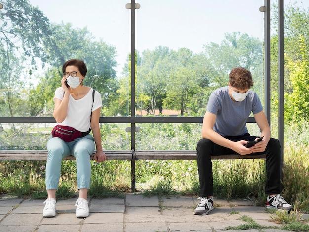 Mensen met een sociaal afstandsconcept