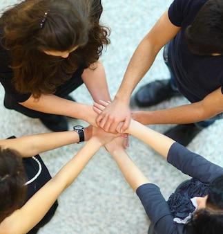Mensen met handen in elkaar