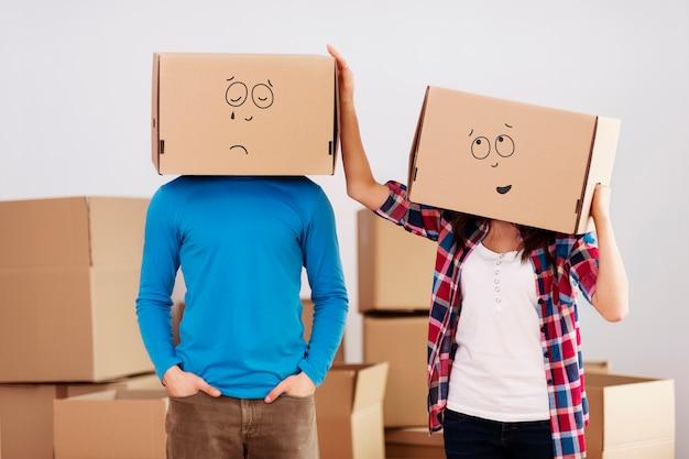 Mensen met kartonnen dozen op hun hoofd