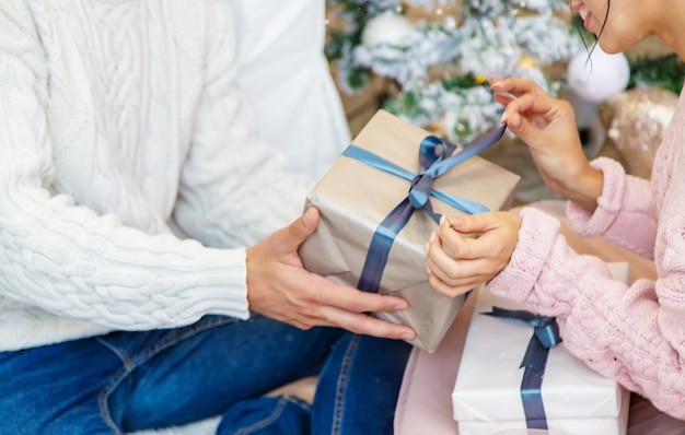 Mensen met kerstcadeaus in hun handen. selectieve aandacht. vrolijk.