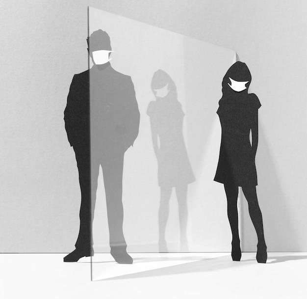 Mensen met medische maskers en glazen scheidingswand voor bescherming tegen het coronavirus