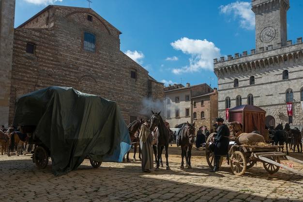 Mensen met paardkarren op straat, montepulciano, siena, toscanië, italië