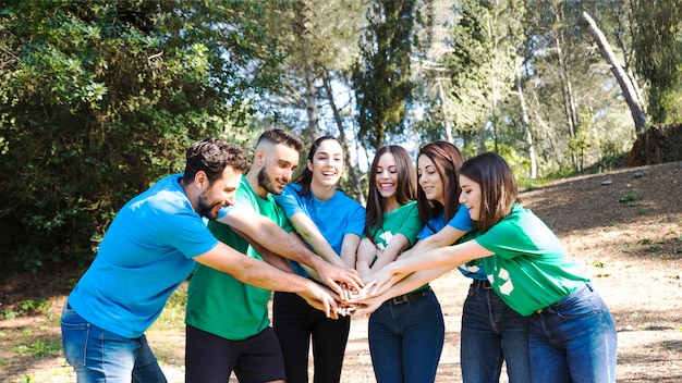 Mensen met teambuilding in bos