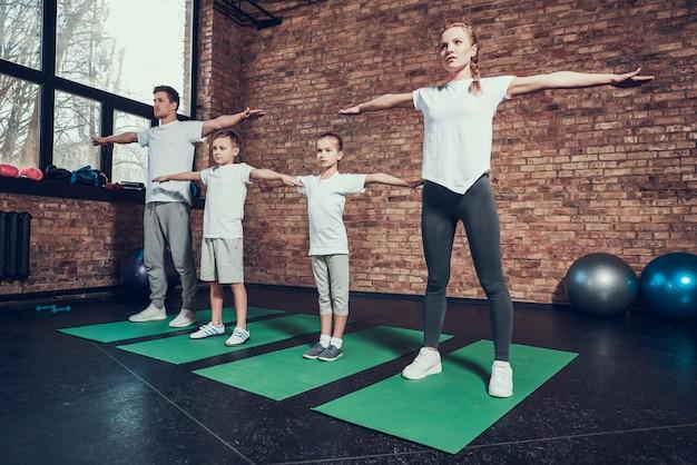 Mensen met uitgestrekte armen gaan sporten.