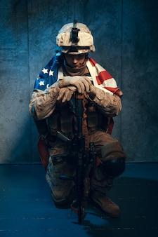 Mensen militaire uitrusting een huursoldaat in moderne tijden met amerikaanse vlag in studio