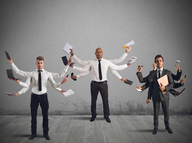 Mensen multitasken met meerdere handen