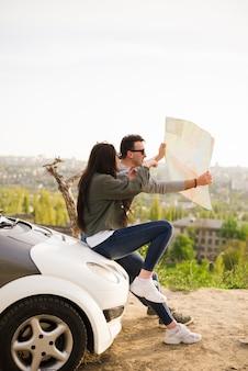 Mensen navigeren met kaart op een road trip