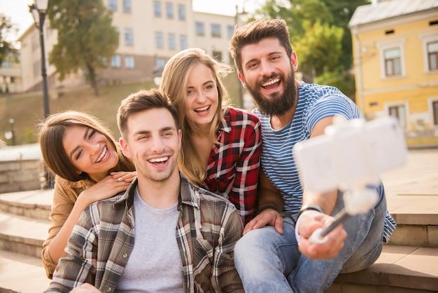 Mensen nemen een selfie aan de telefoon op straat.