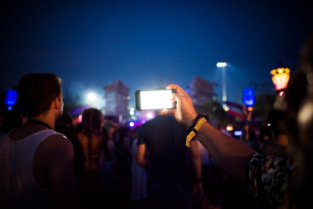 Mensen nemen foto in muziekconcertfestival