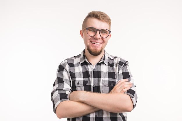 Mensen, nerd en onderwijsconcept - glimlachende knappe studentenmens in plaidoverhemd, gekruiste wapens, over
