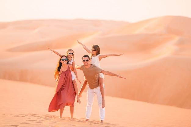 Mensen onder de duinen in de woestijn in de verenigde arabische emiraten