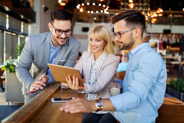 Mensen ontmoeten sociale communicatie business brainstormen teamwerk concept