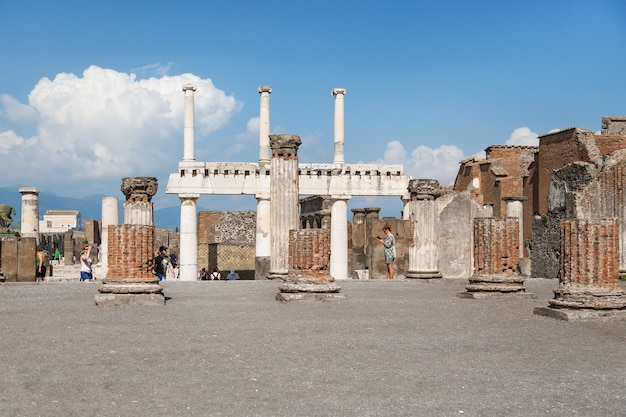 Mensen op de archeologische vindplaats van pompeii, napels, campanië, italië