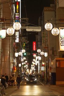 Mensen op de straat van japan met lichten