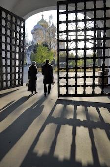 Mensen op de toegangspoort van het beroemde novodevichy-klooster in moskou
