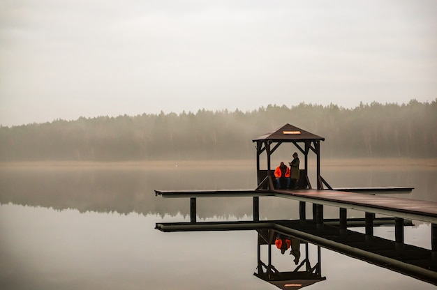 Mensen op een pier
