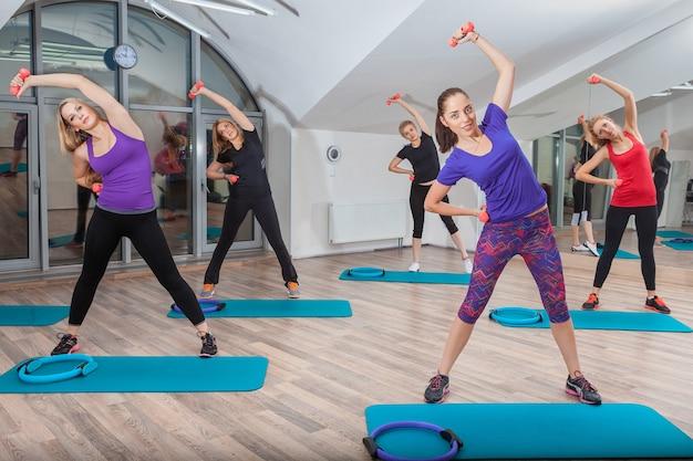 Mensen op fitness klasse op sportschool
