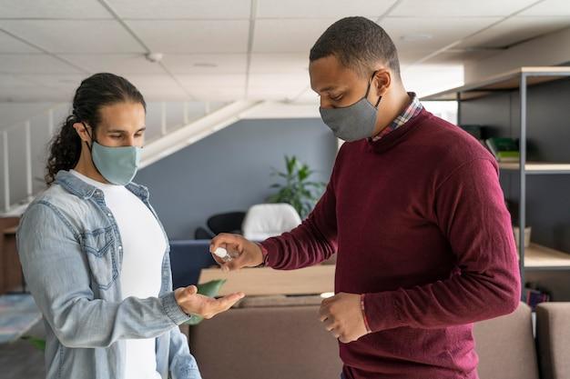 Mensen op het werk die medische maskers dragen
