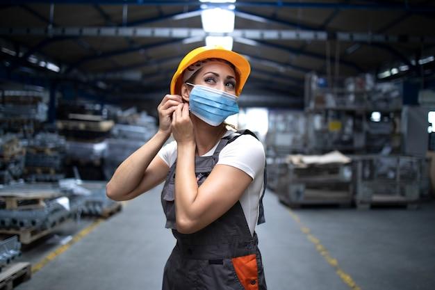 Mensen op het werk verplicht een gelaatsbeschermingsmasker te dragen