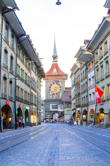 Mensen op het winkel steegje met de zytglogge astronomische klokkentoren van bern in zwitserland