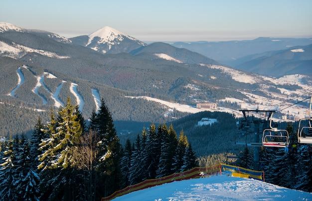 Mensen op skilift in de bergen