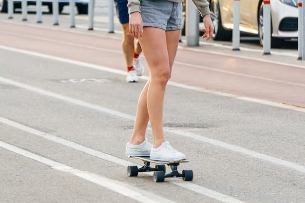 Mensen op vakantie in de stad. sport- en buitenactiviteiten in de straten van moskou. fietspad, skate en rennen in moskou
