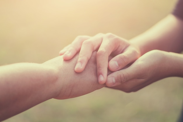 Mensen oude en jonge hand met hoop