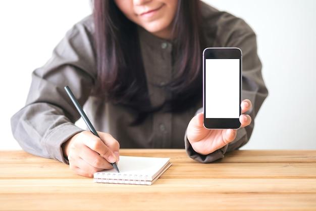 Mensen overhandigen schrijven en gebruiken mockup slimme telefoon