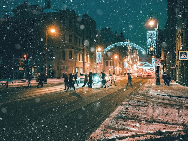 Mensen oversteken door de straat in een storm