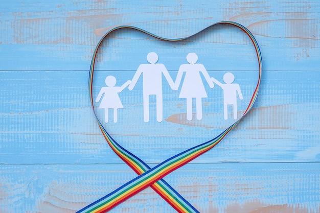 Mensen papieren vorm met lgbtq hart vorm rainbow lint